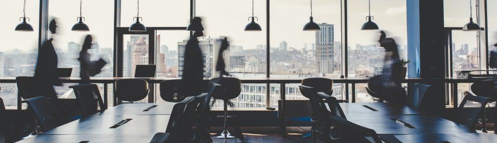 imagen-empleados-andando-oficina
